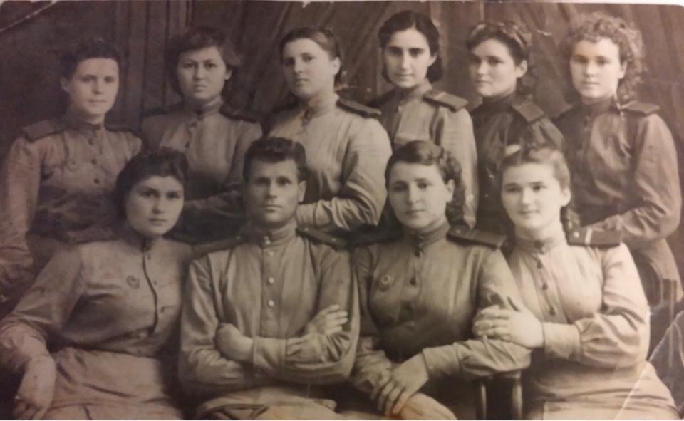Клавдия Михайловна нафронтовой фотографии— вверхнем ряду вцентре