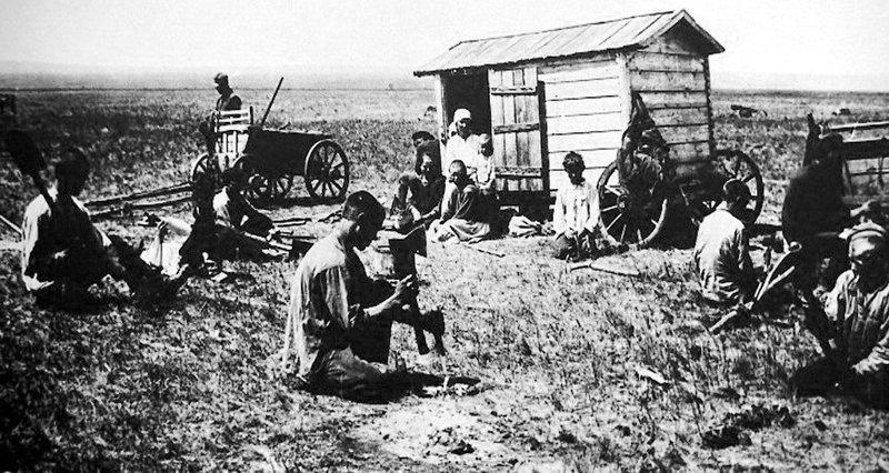 Первые строители Магнитки роют землянки, 1929г.