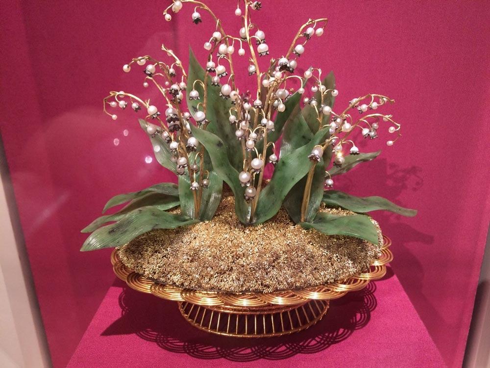 Золотая корзина сландышами, сделанными изжемчуга ибриллиантов, была подарена в1986 году императрице Александре Федоровне вчесть коронации