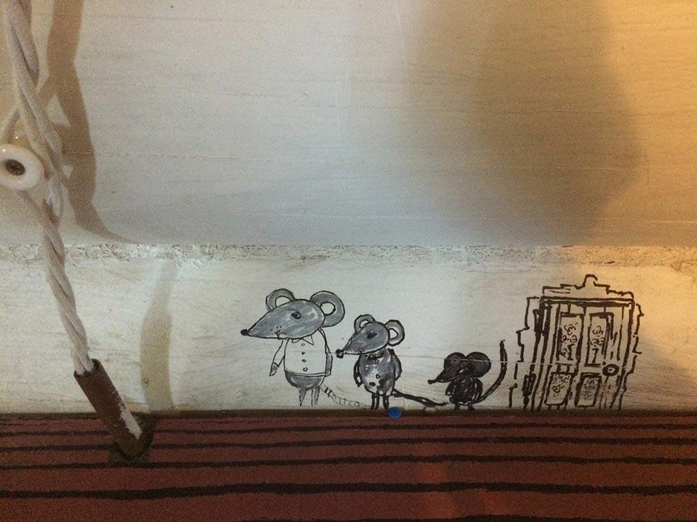 Мышиная семейка нарисована прямо у пола – специально для тех, кто пока умеет только ползать