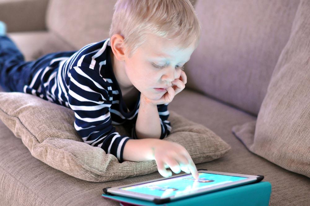 Сколько можно играть на компьютере и планшете детям?