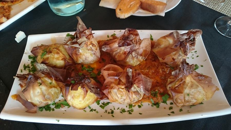 Мешочки изпрозрачного теста фило, начиненные картофельным пюре с мясным фаршем