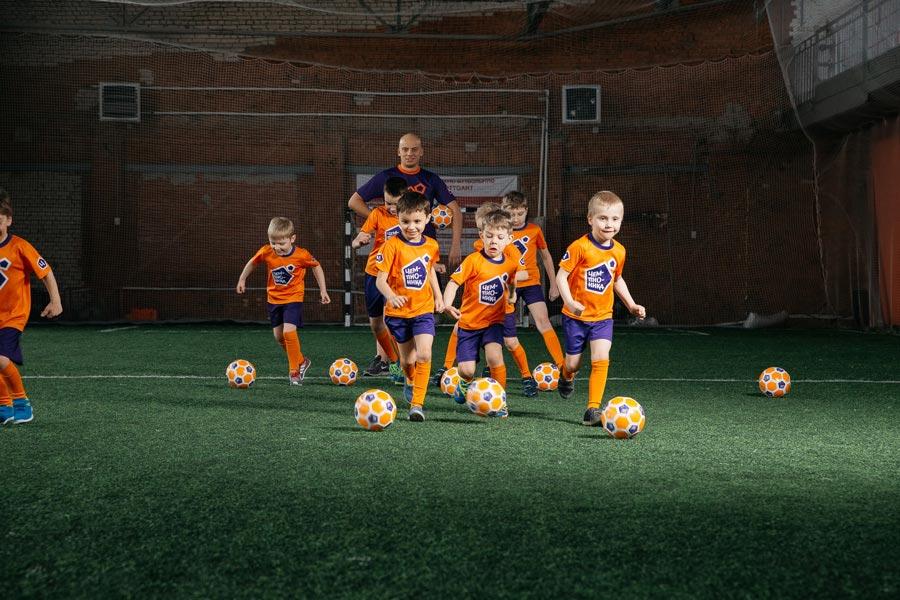 Ребенок хочет заниматься футболом. Как выбрать футбольную школу  Как ... eee1c908e2a