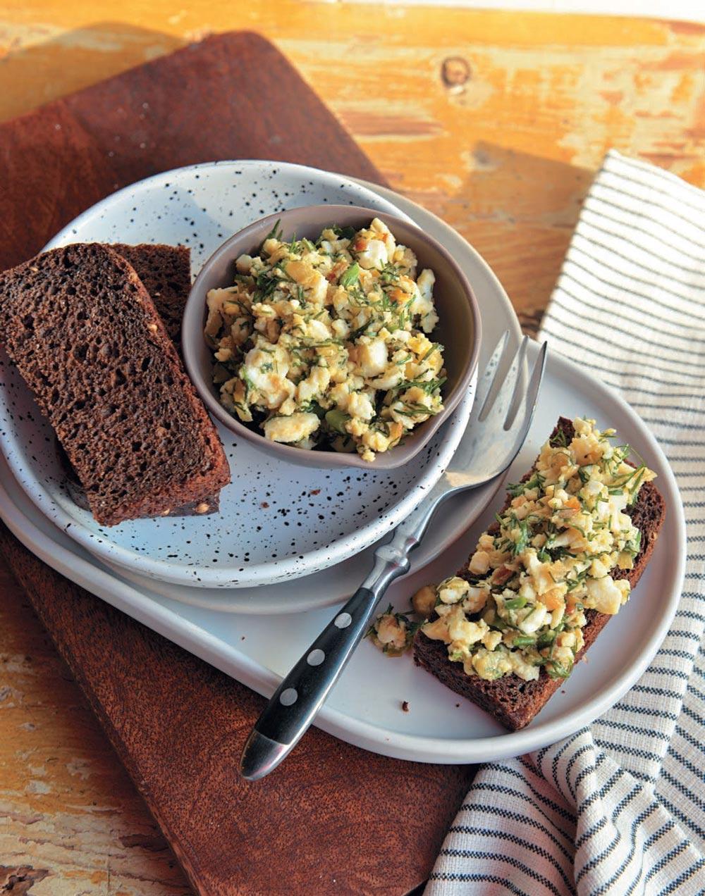 Яичный салат натосте