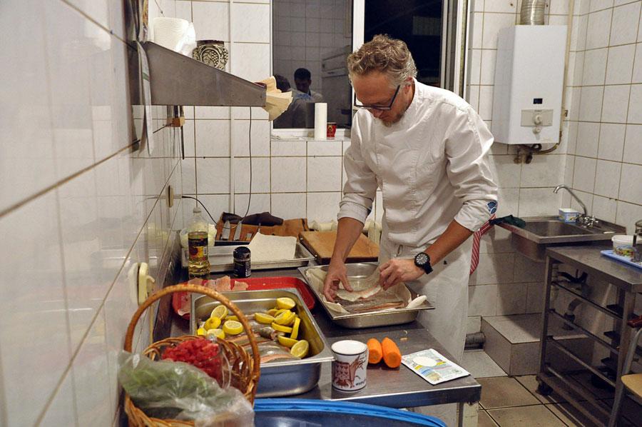Шеф-повар учит готовить форель