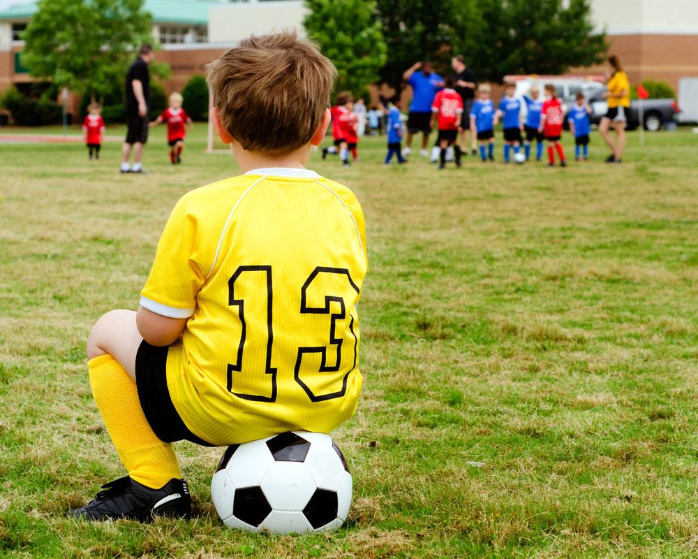 Когда отдать ребенка на футбол