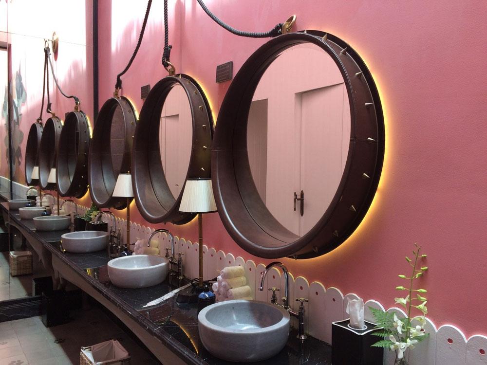 Туалет ссобачьими следами наполу иошейниками-зеркалами