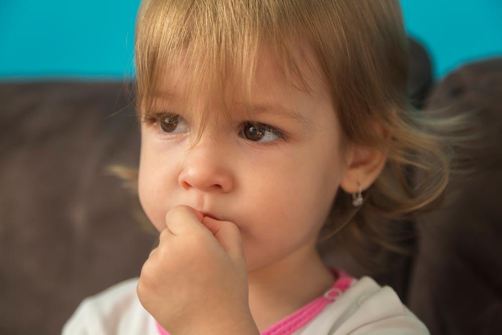 Почему ребенок грызет ногти