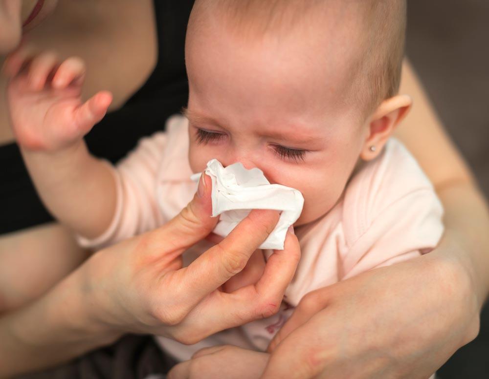 Как и что можно капать ребенку в уши при отите – правила закапывания в ушки новорожденному и детям старше 98