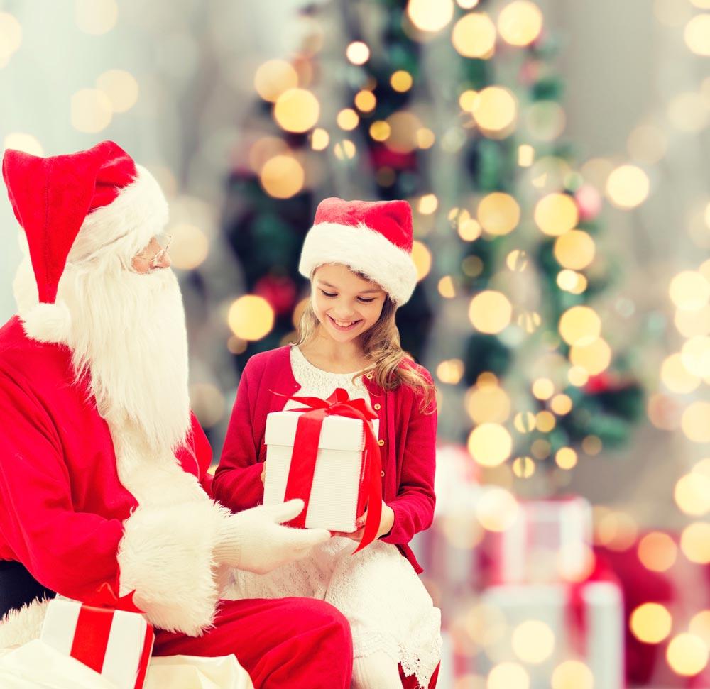 Дед Мороз к ребенку