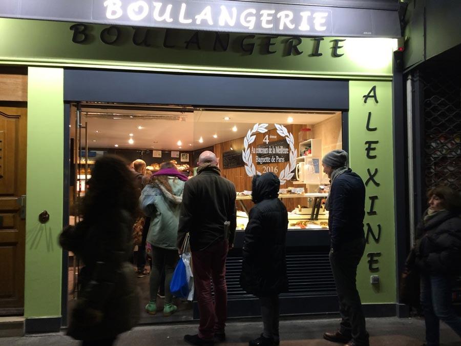 Очередь заодним излучших багетов Парижа