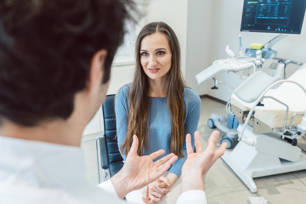 Девушка на осмотре гинеколога, секс перед компьютером просматривая