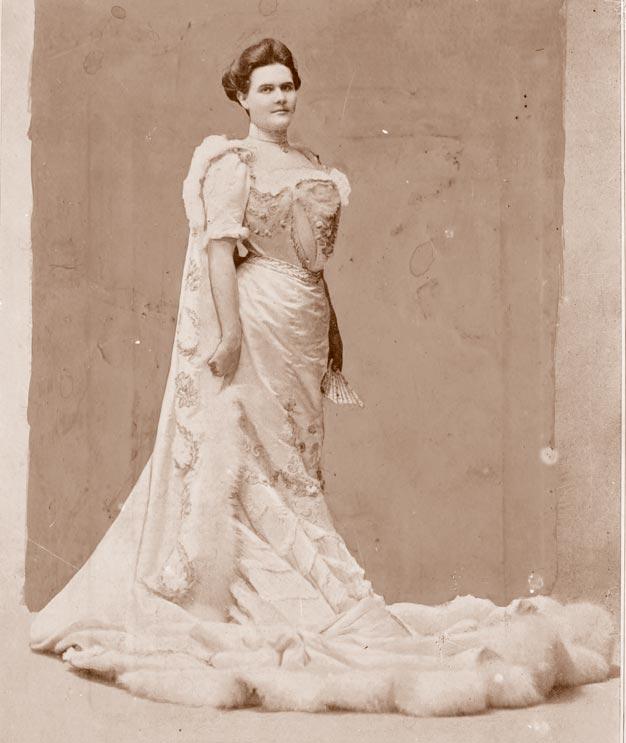 Платье инакидка согромным balayeuse