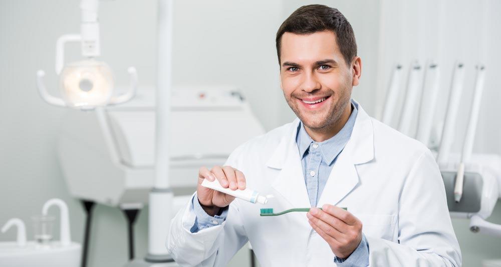 Когда чистить зубы – до или после завтрака?  Чистка зубов