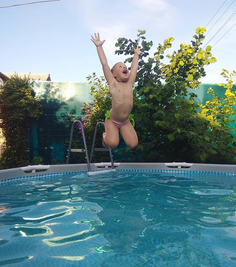 Ребенок научился плавать и нырять на Черном море