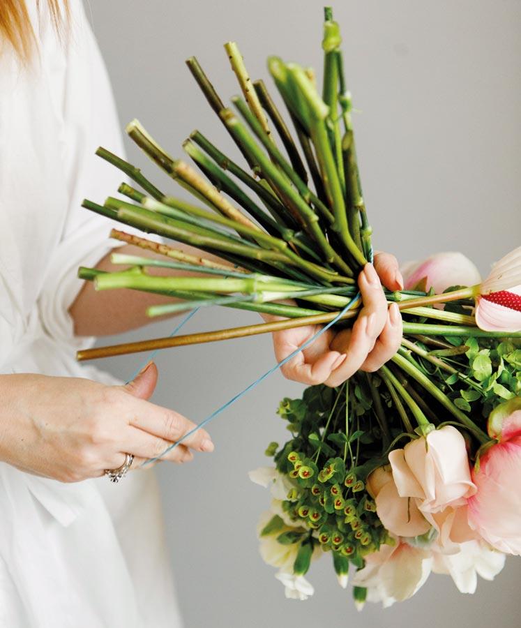 Букет невесты в форме галочки