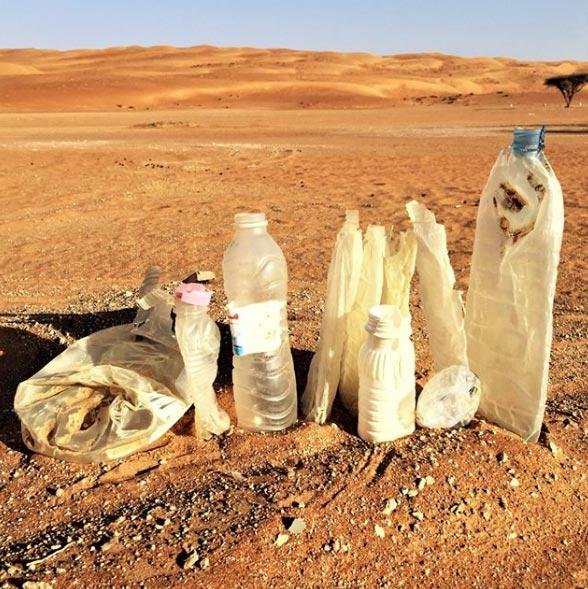 Пластиковые бутылки впустыне Омана, найденные Беа Джонсон