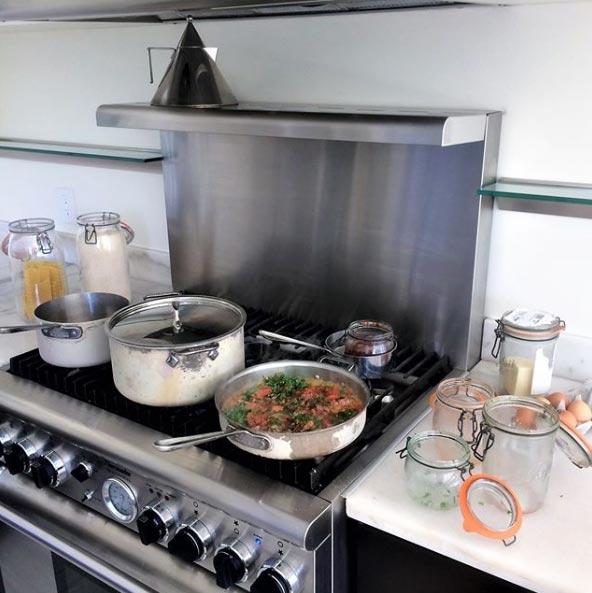 Приготовление еды дома уБеа Джонсон выглядит так