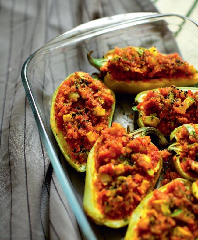 Перец, фаршированный киноа, овощами исыром тофу
