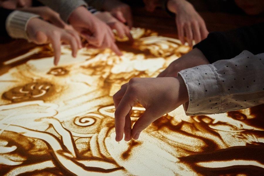 Вдетских программах фонда Бельканто часто используется рисование песком