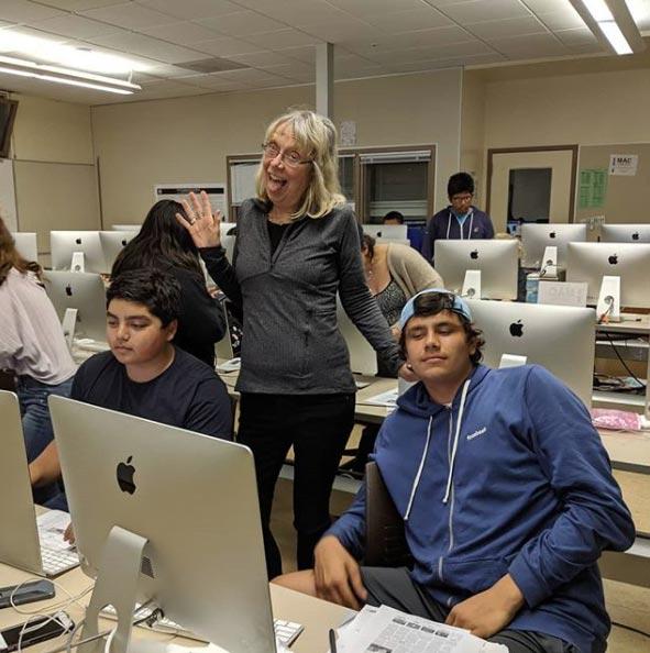 Esther Wojcicki сучениками школы Пало-Альто