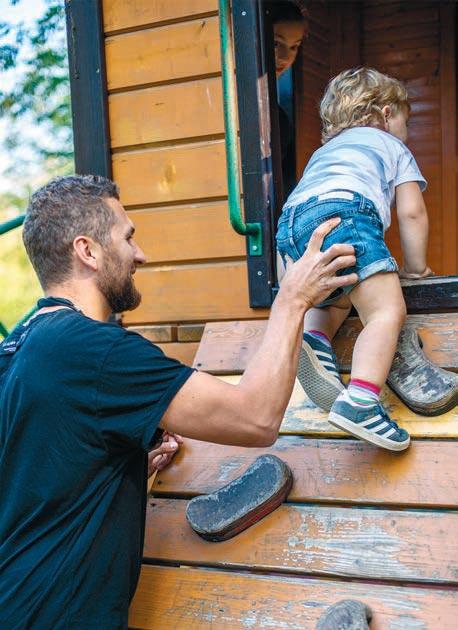 Отец троих детей променял работу в офисе на сидение дома с детьми