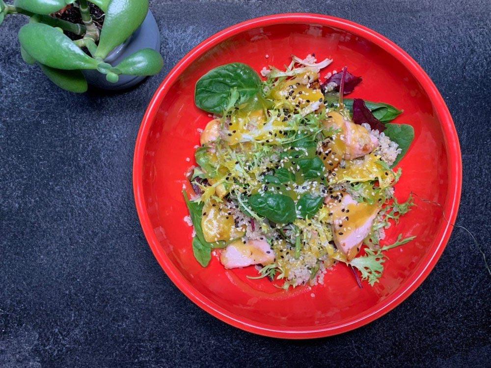 Тёплый салат скиноа, индейкой иананасами