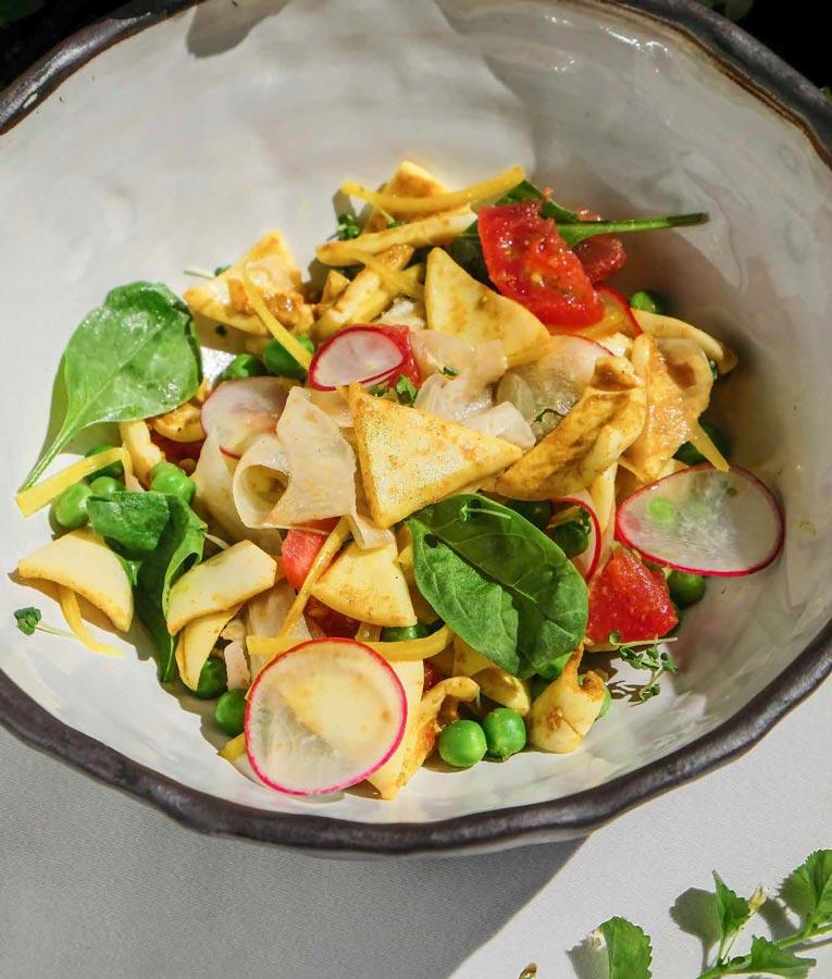 Теплый салат изкальмара скуркумой