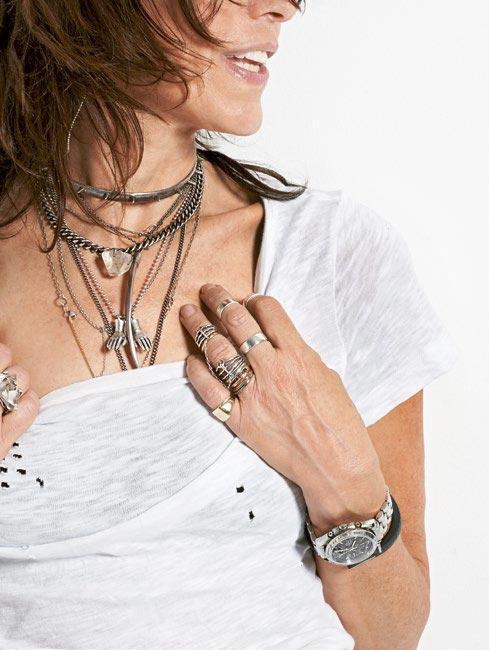 Стиль Мими— шикарный рок-н-ролл, сочетание множества серебряных цепочек икрупных кулонов