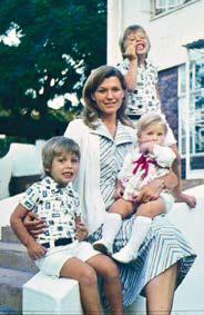 Мэй Маск с тремя детьми