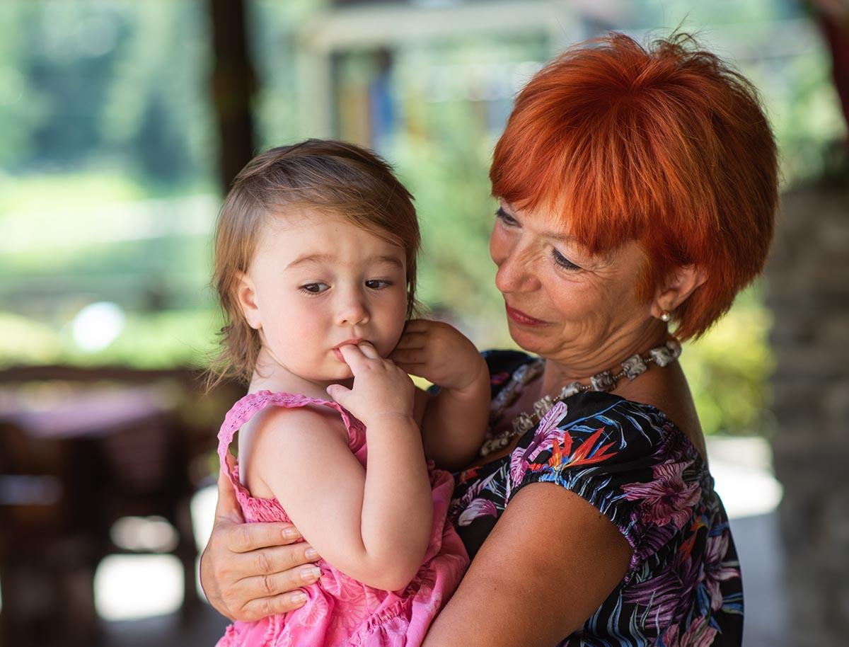 зачем оставлять ребенка с бабушкой