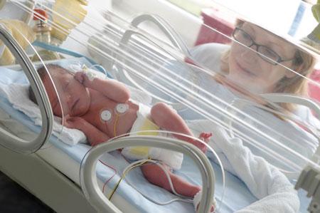 Недоношенные дети: уход в роддоме
