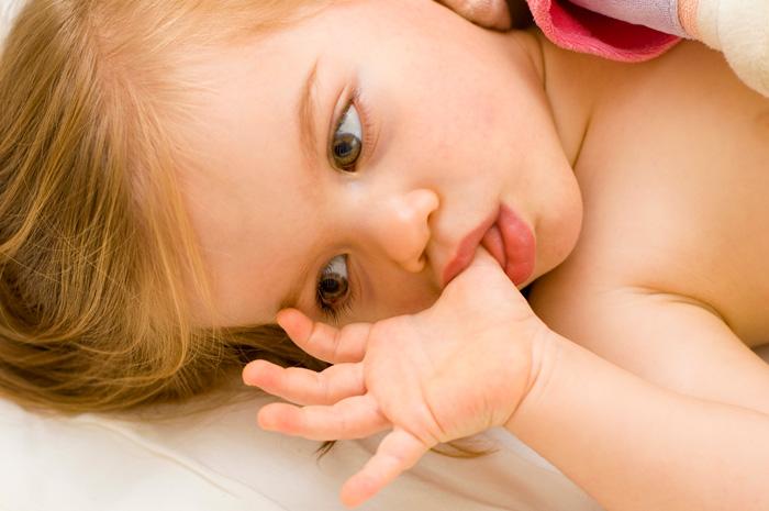 Малыш постоянно сосет пальцы
