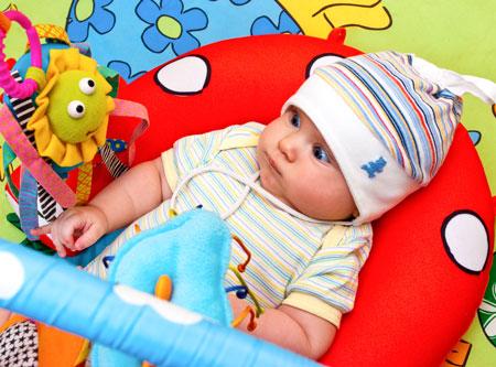 Ребенок в 3 месяца не хватает игрушки