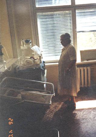 Софья Яковлевна в палате интенсивной терапии, где детишек выхаживают в специальных кювезах