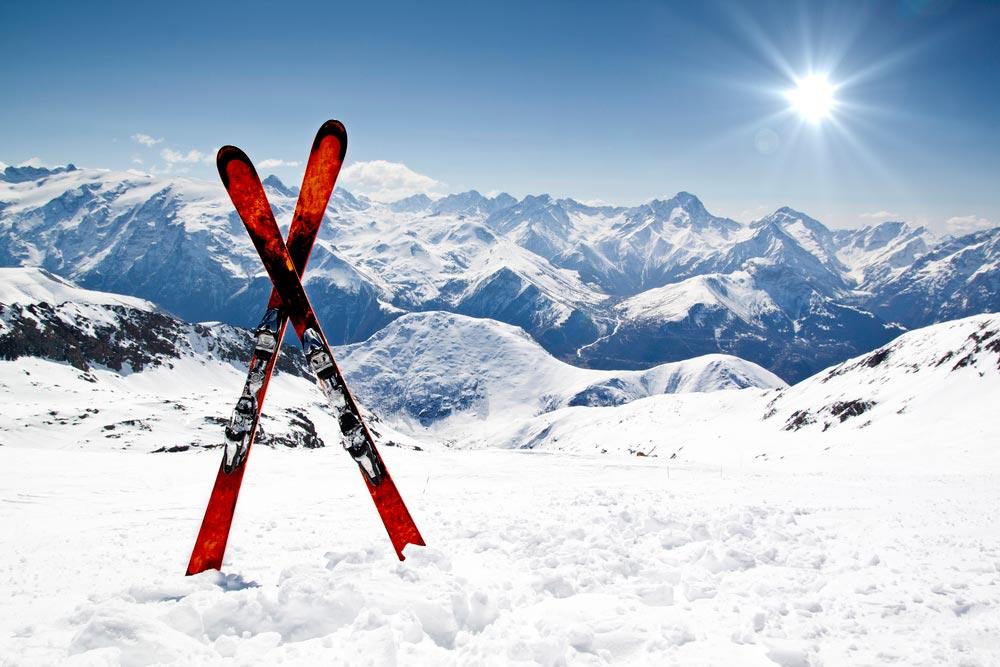 Катание зимой на лыжах