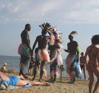 Там же, Африканские студенты развлекают народ и зарабатывают на пляже
