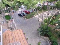 территория отеля со стороны входа