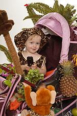 Девочка в коляске-джунгли