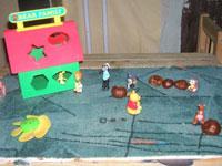Используем игрушки из киндер-сюрпризов